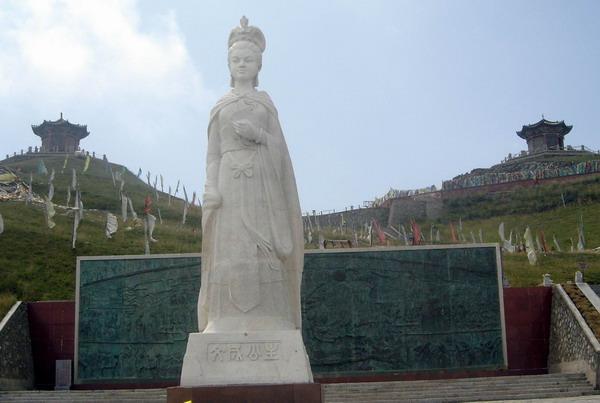 1000多年前,松赞干布统一了西藏,建立了强大的吐蕃王朝,决心跟大唐帝国结盟。贞观八年(公元634年)第一批吐蕃使臣访问长安,唐朝使臣也随后到吐蕃回访,成为汉藏两族友好关系的良好开端。松赞干布多次遣使献贵重礼物向唐王室求婚,唐太宗最终应允将宗室女文成公主嫁给松赞干布。贞观十五年(公元641年),年仅18岁的文成公主带着汉藏和亲的神圣使命,眼含热泪,辞别父母,告别生她养她的家乡,远嫁吐蕃。传说临行时,唐王李世民赐给她日月宝镜,说:日后若思念家乡,就拿出宝镜来看,家乡长安就会出现在你的面前。文成公主千里
